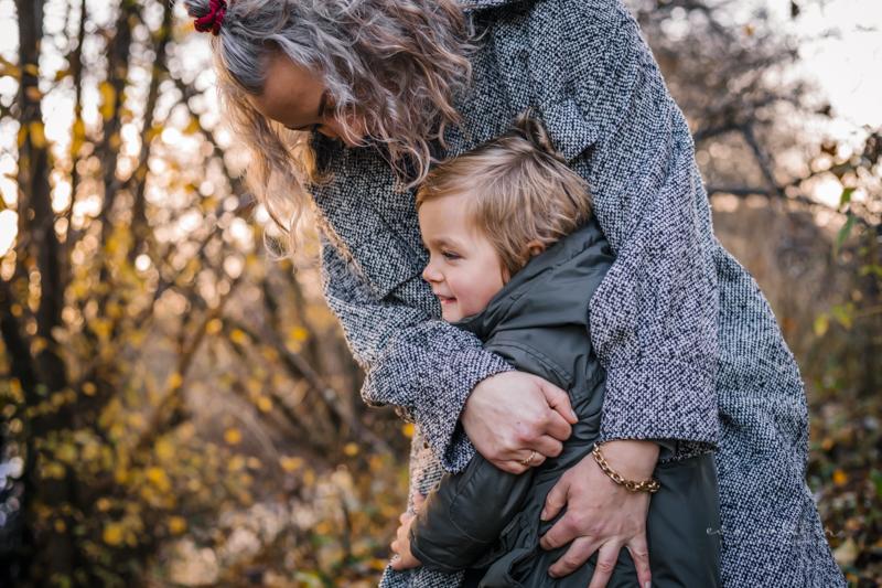 familiefotografering-mor-dreng-krammer