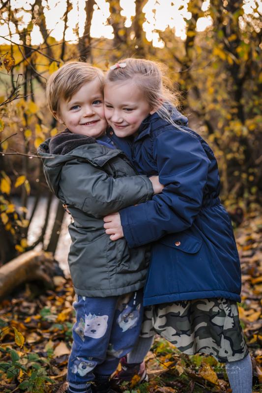 familiefotografering-soeskende-krammer