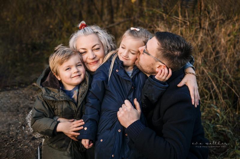 familiefotografering-krammer-og-kysser