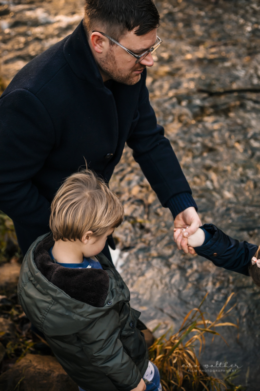 familiefotografering-holde-i-hand