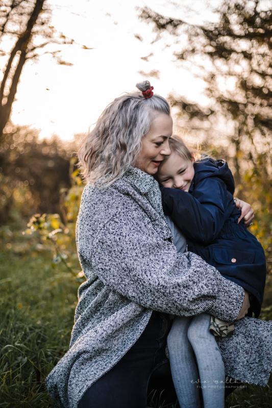 familiefotografering-mor-og-datter-krammer