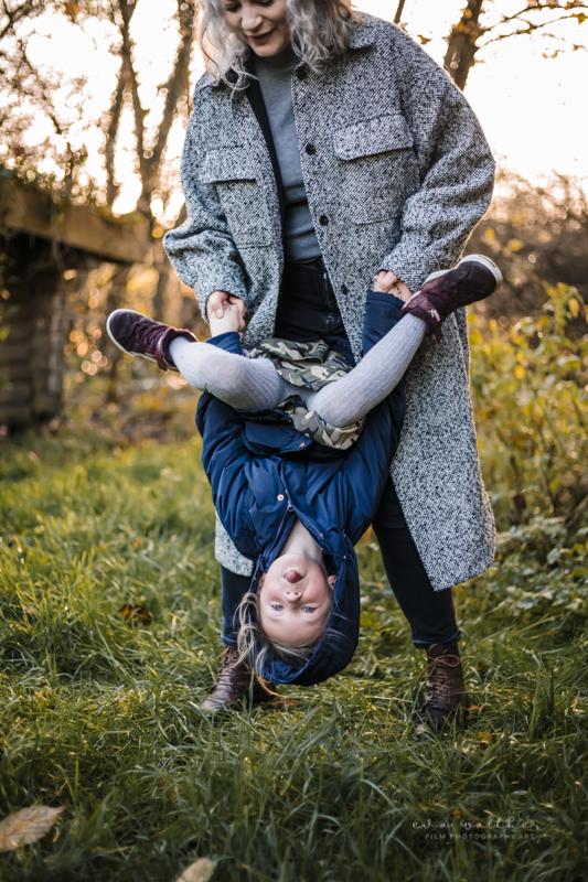 familiefotografering-mor-og-datter-tumler