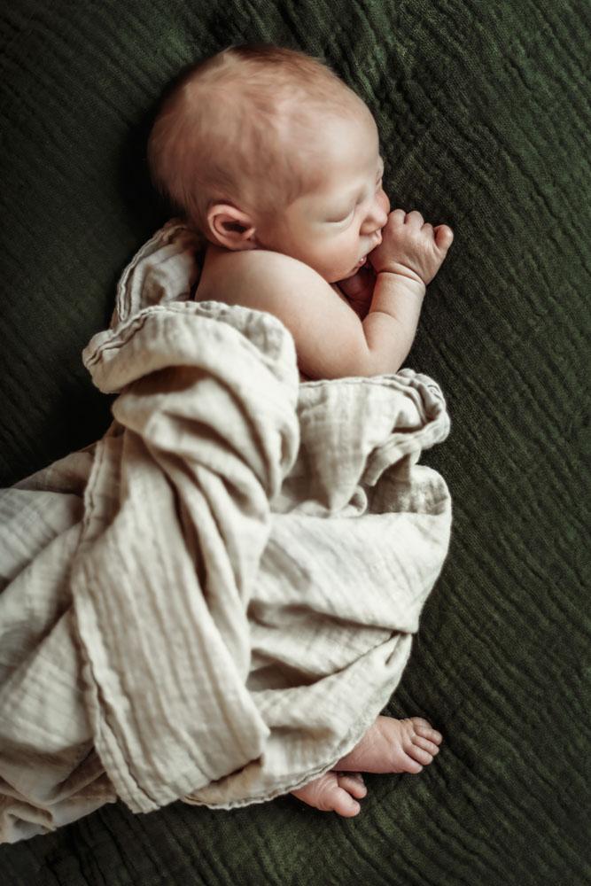 nyfoedt-fotografering-august-sover